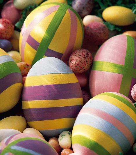 Sávok erdejében                         Az egyik legrégibb tojásfestő módszer, hogy ceruzával bejelölöd a csíkokat a tojáson, majd minden sávot más színűre festesz. Tetszésed szerint ezt akár függőlegesen, vízszintesen, vagy akár átlósan is kipróbálhatod.
