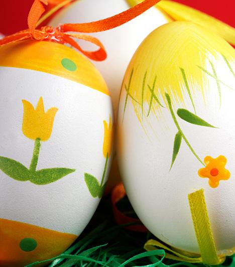 Tavaszi hangulatban                         A tulipánokkal díszített tojás igazi sláger, hiszen abszolút a tavasz és a húsvét szellemében készül. Ha nincs jó kézügyességed az apró minták festéséhez, válaszd a matricát, amellyel hasonlóan szép végeredményt kapsz.