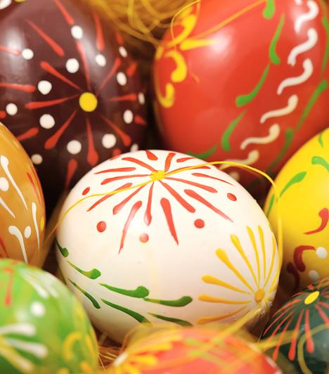 Vonalak és pöttyök  Határozott modulatokkal húzz ecsetvonásokat a tojásra, és már készen is van a csodás dekoráció. Nem igényel különösebb kézügyességet, mégis nagyon mutatós.