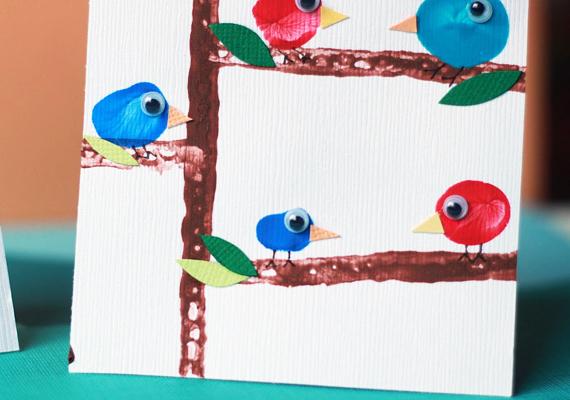 Fán csücsülő kismadarakat sem bonyolult gyártani, ehhez is csak az ujjadra és némi színes festékre lesz szükség. Na meg némi mozgó szemalapra.