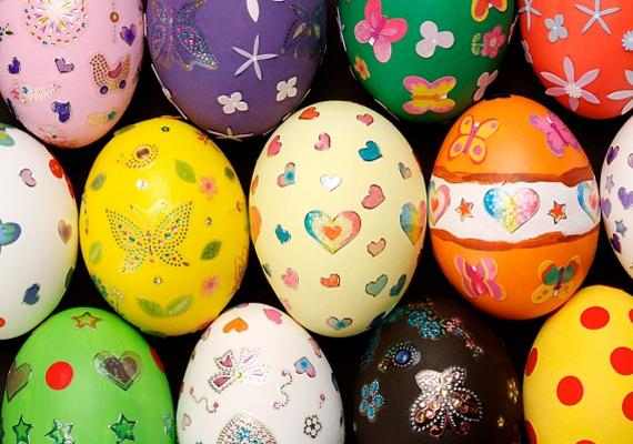 A legegyszerűbb megoldás, ha a lefestett tojásokra kedves kis matricákat ragasztasz. Különleges és tetszetős.