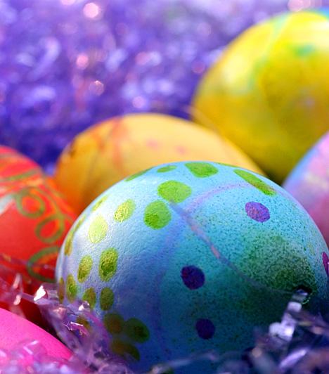 Színes, vidám tojásfészekA hosszú tél után jólesik a szemnek a harsány színkavalkád. Fesd be a tojásokat tetszés szerinti színnel, mintázd ízlés szerint, majd színes rafiával vagy keskeny szalaggombolyaggal tölts meg egy kosárkát, és ebbe helyezd őket.