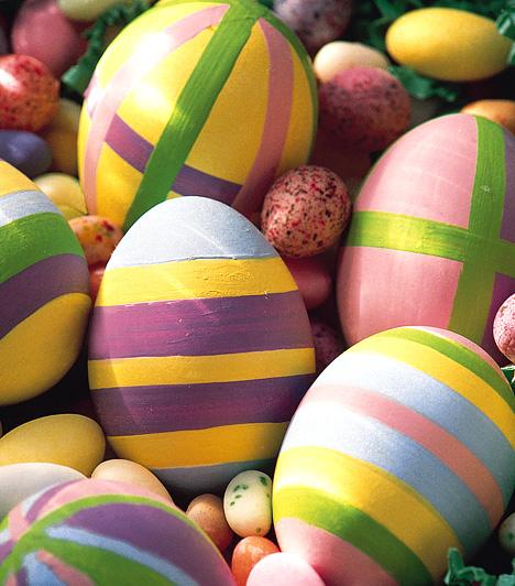 Csíkosan, kockásanAz egyszínű tojások mellett jól mutatnak a mintás darabok is. Ha gyakorlott tojásfestő vagy, bizonyára nem okoznak gondot a bonyolultabb motívumok. Ha azonban nincs elég kézügyességed, díszítsd színes csíkokkal a tojásokat.