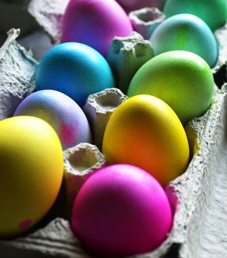 Festett tojások                         A tojások már akkor jól mutatnak, ha egy kis színt kapnak. A festéshez használhatsz hobbiboltokban kapható tojásfestéket vagy természetes színezékeket: vöröshagymát, káposztát, spenótot.