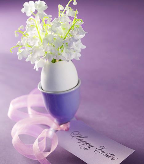 Tojástartó virágtartóA tojást nemcsak színezheted, hanem aprócska virágtartót is készíthetsz belőle. Törd fel a tetejénél, öntsd ki a tartalmát, alaposan mosd és szárítsd ki. Ezután engedj bele egy kevés vizet, állítsd tojástartóba, és helyezz el benne egy kis csokor gyöngyvirágot. A tojástartót szalaggal is díszítheted.Kapcsolódó cikk:4 csodálatos tavaszi illat »
