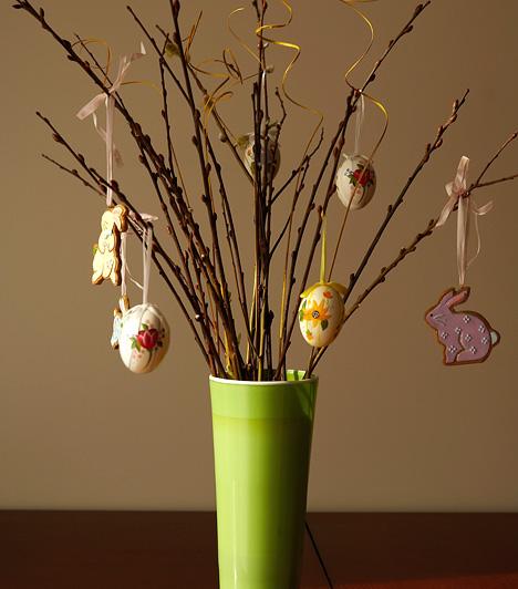 Húsvéti tojásfa  A májusfára hajazó tojásfa mutatós, illetve pillanatok alatt összeállítható dísz. Csak néhány barkaágra van szükség hozzá, egy egyszerű vonalú vázára, néhány hímes tojásra és húsvéti díszre.