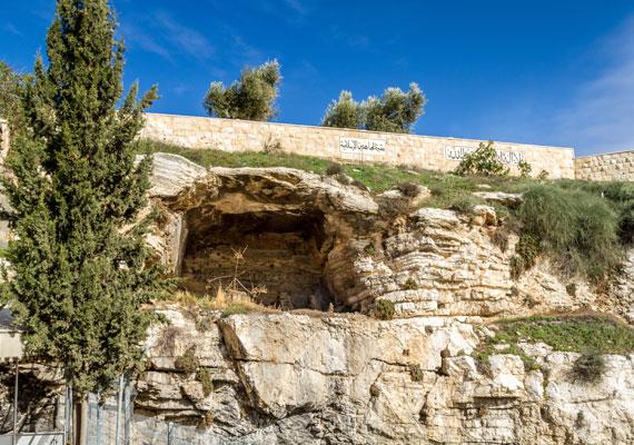 A rideg, kopár hegy volt Jézus szenvedéseinek helyszíne. A kálvária szó jelentése: koponyák helye. Nem Jézus volt az egyetlen, akit itt végeztek ki.