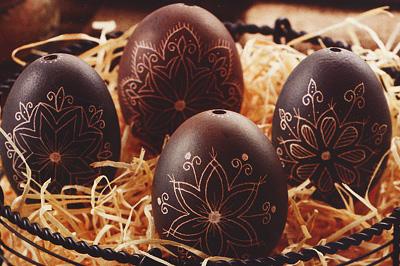 Növényi festékkel festett karcolt tojás