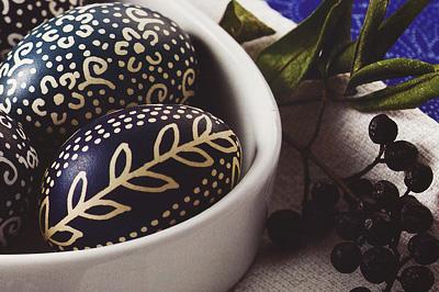 Kékfestő tojás bodzával festve