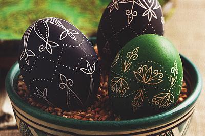 Színes, karcolt tojás
