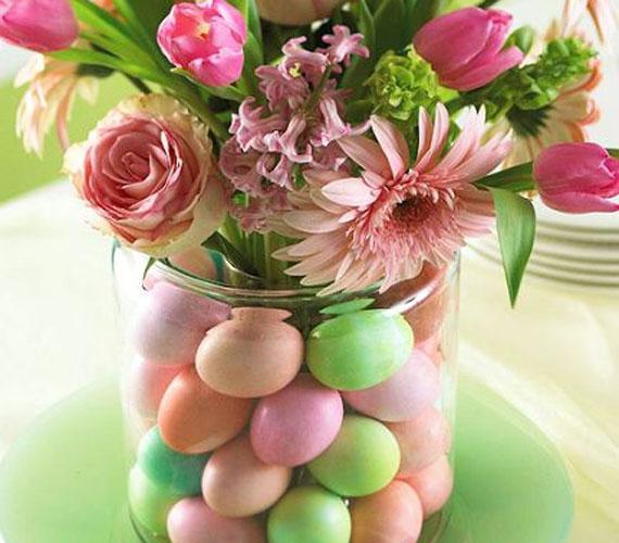 Az asztalod dísze lehet, ha a tojások közé színben harmonizáló tavaszi virágokat teszel, így a befőttesüveget vázaként is hasznosíthatod.
