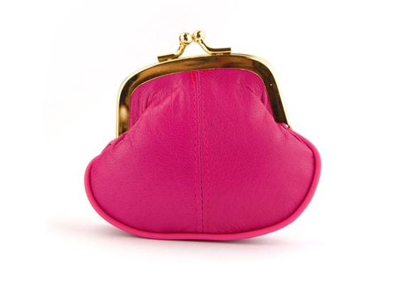 Minden kislánynak szüksége van egy pénztárcára, amibe elrejtheti fillérjeit, ez a cuki pink darab pedig pont témába vág. Ára 2490 forint, innen tudod megrendelni.