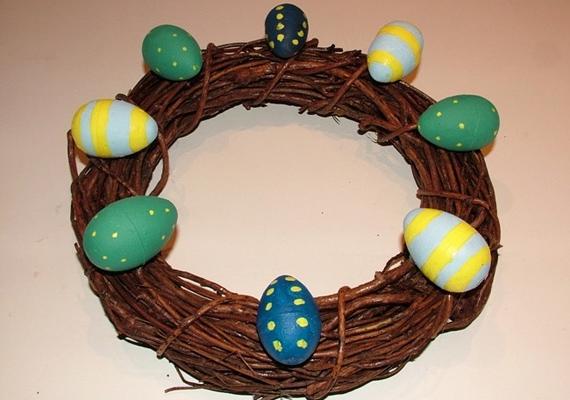 A ragasztópisztoly segítségével rögzítsd a tojásokat a koszorúalapra.