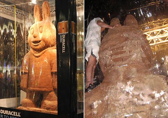 Harry Johnson nagy rajongója a Duracell-nyuszinak, ezért úgy döntött, megépíti annak csokimását. A jószág közel négy méter magas, és három tonnát nyom, vagyis egy giga húsvéti csokoládényúlról beszélünk.