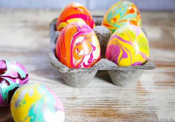 A kész tojások szemkápráztatók, nagyon szép asztali díszeket lehet belőlük kreálni, ha nem szeretnéd a locsolóknak adni őket.