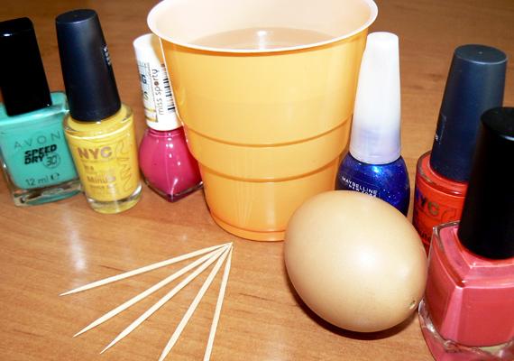 Amire biztosan szükséged lesz, az néhány színes körömlakk, kifújt tojások, egy műanyag pohár vízzel megtöltve, illetve fogvájó pálcikák.