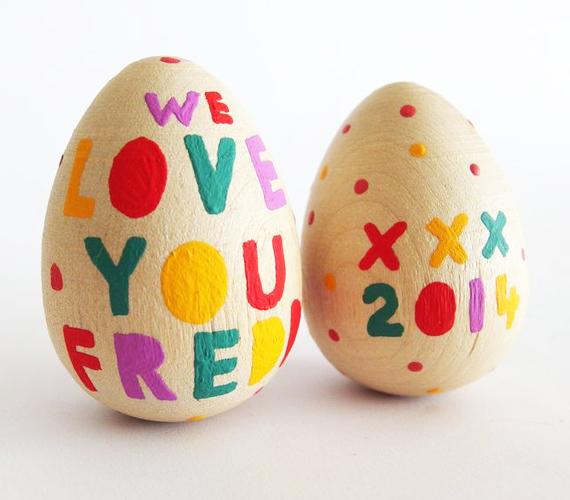 Régen a piros tojás annak a legénynek járt, aki elrabolta a lány szívét. Manapság ezt már nyíltan is a fiú tudtára adhatod, Szeretlek! feliratú tojással. A faverzióhoz alkoholos filcet ajánlunk.