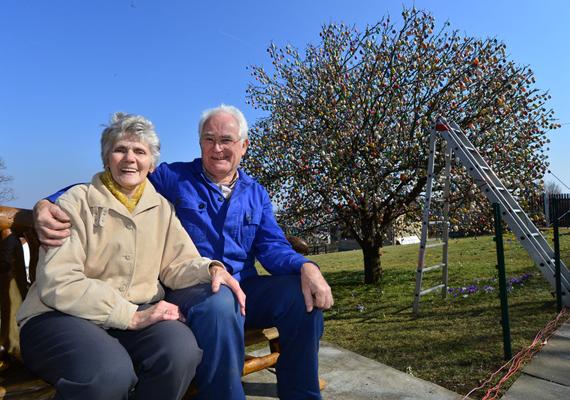 Christa és Volker Kraft, és a különleges húsvéti fájuk.