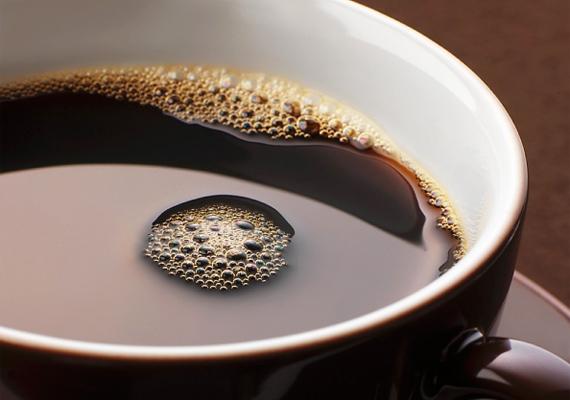 Attól függően, hogy mennyire barna tojást szeretnél végeredményként, áztasd ecetes kávéba a tojást. Minél tovább tartod benne, annál sötétebb árnyalatú lesz.