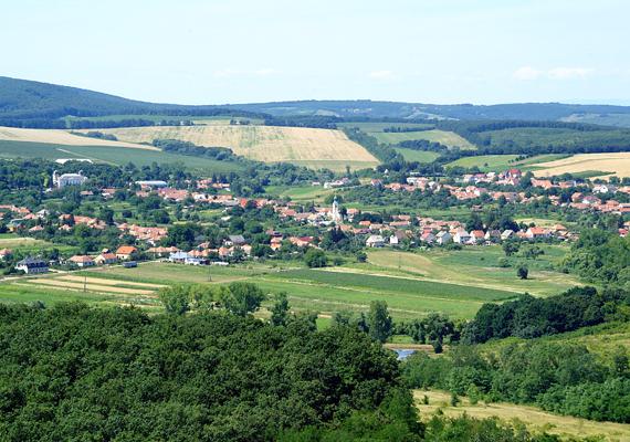 50 kilométerre a fővárostól, az Északi-középhegységben fekszik Nézsa községe, amely az elmúlt századokban papok és szerzetesek lakóhelyeként szolgált, így hitéleti szempontból is kedvelt látnivaló, de érdemes a faluban álló a Reviczky-kastélyt is megtekinteni. Az óriási angolparkkal körbevett épület kifejezetten csábító egy nagy sétához, ha valaki zöldövezetre vágyik.