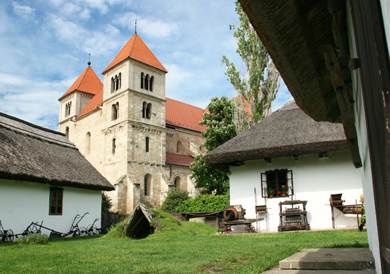 A Budapesttől alig fél órára fekvő Ócsa már az Árpád-korban is lakott terület volt, bár hivatalos említést csak 1235-ben tettek róla. A község nevezetességei között sok hitéleti helyszín - templom, temető - található, de a tájvédelmi körzetet a Madárvártával is érdemes megnézni. Ócsa egyébként jellegzetes tájvédelmi házai miatt olyan, mintha a múlt egy szelete lenne.