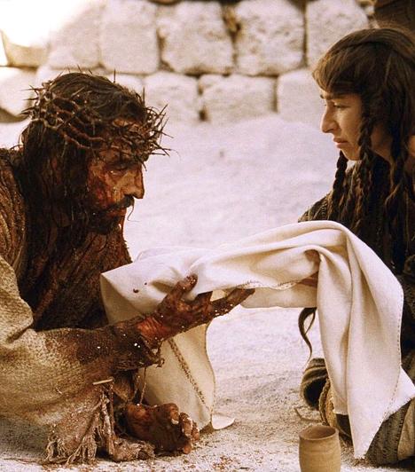 A Passió  A Passió című film Názáreti Jézus életének utolsó 12 óráját jeleníti meg. A film nyitójelenete az Olajfák hegyének lábánál, a Gecsemáné-kertben játszódik, ahová Jézus elvonul az utolsó vacsora után imádkozni. Jézus ellenáll a sátán kísértésének. Iskarióti Júdás árulása miatt Jézust elfogják, és visszaviszik Jeruzsálem város falain belülre, ahol a farizeusok istenkáromlás vádjával szembesítik, és tárgyalása halálos ítélettel végződik.