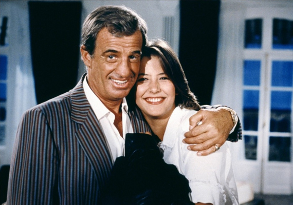 Kellemes húsvéti ünnepeket!, 1984: Vígjáték Jean-Paul Belmondo és Sophie Marceau főszereplésével. A történet szerint Stephane-nak megtetszik egy 18 éves lány, akit végül elvisz a lakásába. Azonban a felesége rajtakapja őket, így azt hazudja, hogy a lánya.