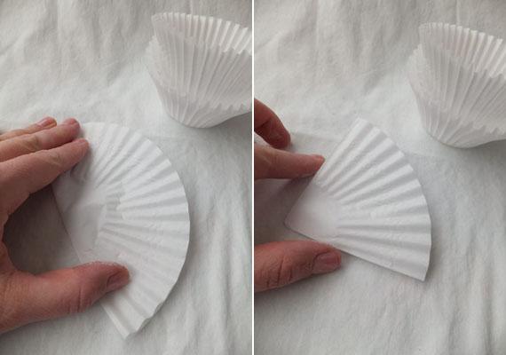 Elsőként hajtsd félbe a muffinpapírt, majd ismét felezd meg. Ugyanezt csináld meg még három darabbal.