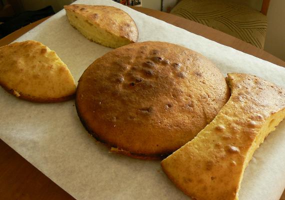 A torta egészen nagy lesz, ezért érdemes olyan tálcára vagy süteménykínálóra tenni, ahol jól elfér. Ha egyik sincs, egy sima nagyméretű doboz is megteszi, sütőpapírral a tetején.