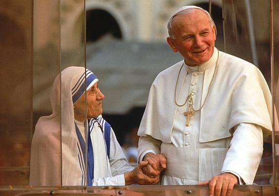 Egyetlen pillantás, egyetlen érintés. Teréz anya tekintete elárulja, hogy mennyire tiszteli II. János Pál pápát.