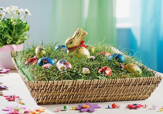 Készíts egy mini rétet, aminek a húsvéti nyuszi uralkodója. Mindehhez csak néhány tojásra, egy kosárra, némi töltőanyagra és egy csokinyúlra lesz szükséged.