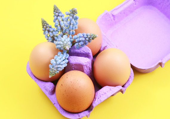 Egy használaton kívüli tojástartót fess be kedved szerint, állítsd bele a tojásokat, és tűzz közéjük virágot. Akkor is könnyedén elkészítheted, ha kétbalkezes vagy.
