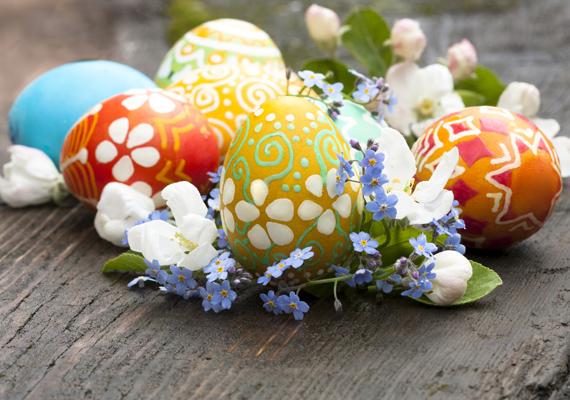 Az ebédlőasztal közepére tegyél néhány hímes tojást, majd mindezt körítsd egy kis virággal - például gyöngyvirággal. Mutatós asztaldísz.
