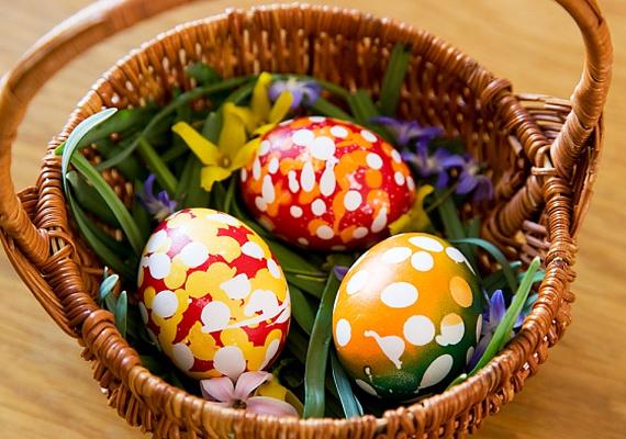 Egyszerűen csak tedd egy kisebb kosárba a tojásokat, és helyezd a kompozíciót az asztal közepére. Egyszerű, mégis nagyszerű.