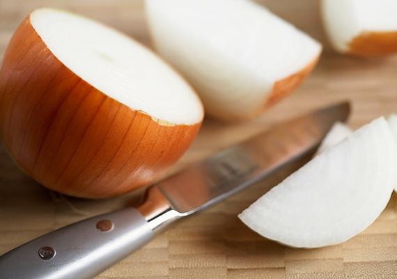 A tökéletes piros tojáshoz főzz fel néhány marék hagymahéjat kevés citromlével, és tedd bele a tojásokat. Legalább 20-25 perc kell a tökéletes szín eléréséhez, de minél tovább vannak a tojások a hagymahéjas-citromlés vízben, annál mélyebb árnyalatot kapsz.