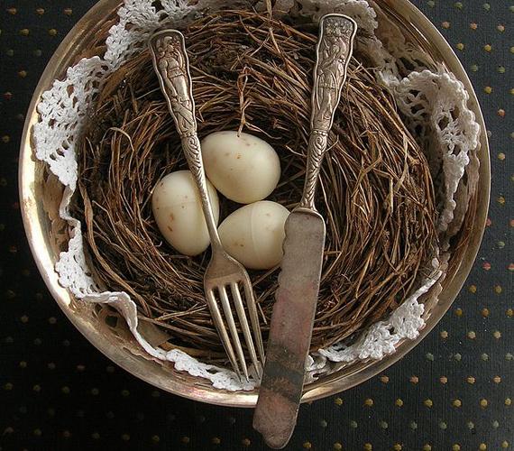 Az antik tárgyak szerelmeseinek ajánljuk ezt a dekorációt. Letisztult egyszerűségét a míves evőeszközök kidolgozottsága ellensúlyozza.