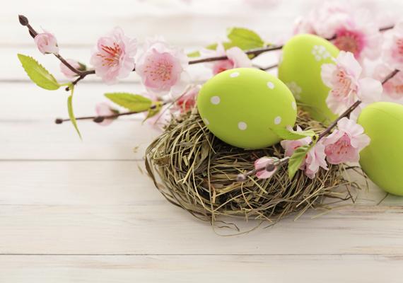 Tavaszias színekben pompázó húsvéti dekor a laptopodnak. A háttérkép letöltéséhez kattints ide!