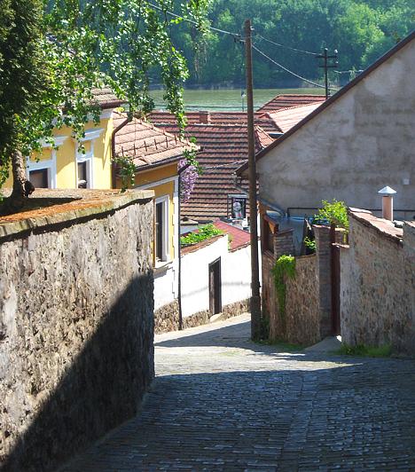 SzentendreA Duna partján fekvő Szentendre kitűnő kirándulóhely húsvétkor. Romantikus utcácskáival, házaival, valamint lenyűgöző panorámájával a Dunára már önmagában csábító, a szentendrei Skanzen azonban húsvétkor különleges programokkal is vár.