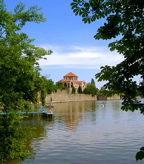 TataVadban gazdag erdő, hullámzó tavak, patakok és források - ez Tata. Nevezetessége, az öreg tatai vár sosem szolgált védelmi célokat: birtokközpont volt, illetve mulató, királyi exkluzivitással. Később nagy fellendülést hoztak az Esterházyak, akik a tóra hidat építettek, a faluba pedig a gyönyörű, magyar Weimarként is emlegetett kastélyt.Kapcsolódó cikkek:3 meseszép, romantikus kirándulóhely itthon »