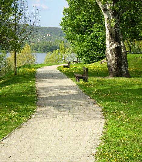 VisegrádA Duna és a folyót szegélyező dombok visegrádi hullámainál kevés harmonikusabb hegyvidéki táj található az országban. Ha érdekel a történelem, ugyanakkor a természet szerelmese vagy, egy napra mindenképp látogass el az ország egyik legkisebb, ugyanakkor legrégebbi településére, Visegrádra.Kapcsolódó cikk:Magyarország legszebb panorámái »