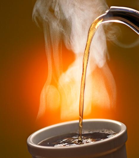 Sötétbarnához fekete teátHa nem tartasz otthon kávét, hat-hét filter fekete teával is beszínezheted a tojásokat. Egy liter forró vízbe áztasd be a filtereket. Addig hagyd őket a vízben, amíg az teljesen kihűl. Ezután helyezd a főzetbe a tojásokat, és addig hagyd benne, amíg elérik a kívánt sötétbarna színt.