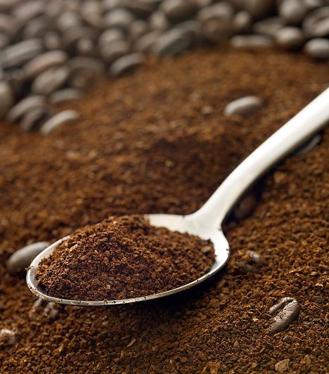 Sötétbarnához kávétHa még sötétebb, még barnább árnyalatba öltöztetnéd a húsvéti tojásokat, készíts néhány adag kávéból erős főzetet, és abban áztasd egy ideig a tojásokat. A káposztához és a csipkebogyóhoz hasonlóan ebben az esetben sem kell a kávéban főzögetni a tojásokat, a kávé ugyanis inkább akkor színez, ha már teljesen kihűlt.