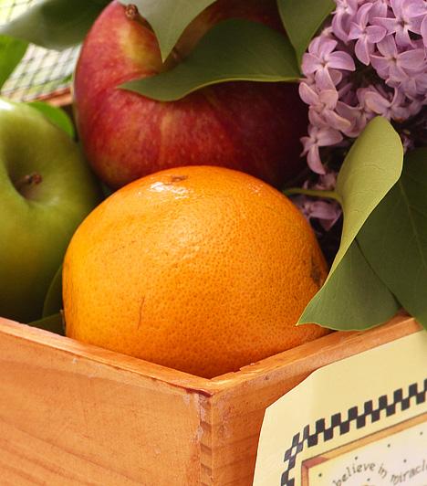 Halványsárgához narancsotHa halványabb sárga árnyalatra vágysz, akkor citrom- vagy narancshéjat használj. Három-négy narancs héját főzd egy liter vízben negyed órát, majd helyezd bele a tojásokat, és addig főzd, amíg megfesti őket a lé.Kapcsolódó cikk:3 különleges tojásdísz gombbal, masnival, festékkel - Lépésről lépésre »