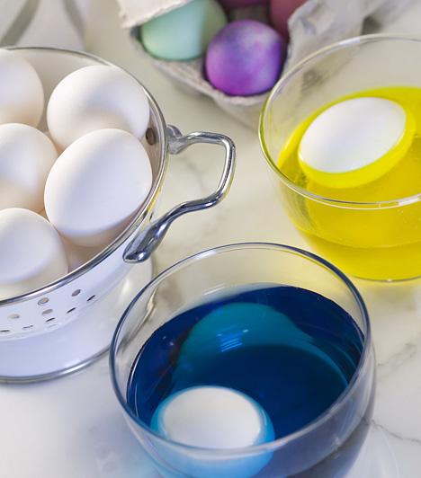 Régi hagyomány  A hímes tojás a mai napig szerves része a húsvétnak. Van, aki egyszerűen csak megfesti a főtt tojást, ám sok helyen ma is kifújják, mielőtt díszítenék. Utóbbit így csinálhatod: fúrj egy-egy apró lyukat gombostűvel mindkét végén, ezután szorítsd a tojást a szádhoz, és erősen addig fújd, amíg az összes tojásfehérje és a sárgája is kifolyik. Végül langyos vízzel óvatosan mosd ki a belsejét, és hagyd száradni. Ezután jöhet a festés.