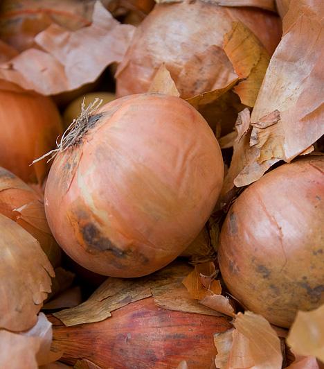 Vörösbarna árnyalathoz vöröshagymátA vöröshagymát lila társához hasonlóan használd, ha vörösbarna tojásokra vágysz. Minél több hagymahéjat teszel a vízbe, és minél tovább főzöd, annál mélyebb árnyalatot kapnak a tojások.