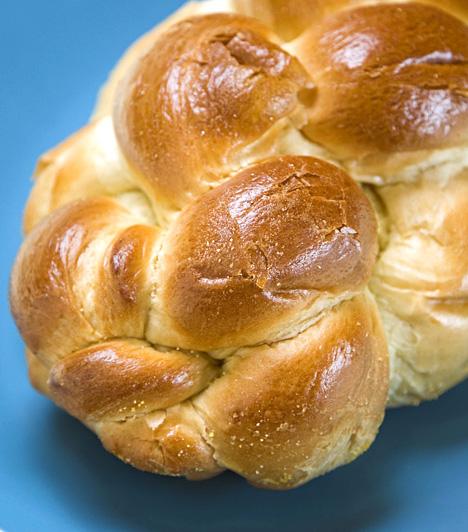 Kalács  A húsvétkor általában meg is szentelt kalács is később csatlakozott a húsvéti ételek köréhez, ma azonban már elengedhetetlen eledele az ünnepnek. Édesen desszertként, sósan pedig a sonka mellé fogyasztandó.  Kapcsolódó cikk:  Fonott kalács készítése »