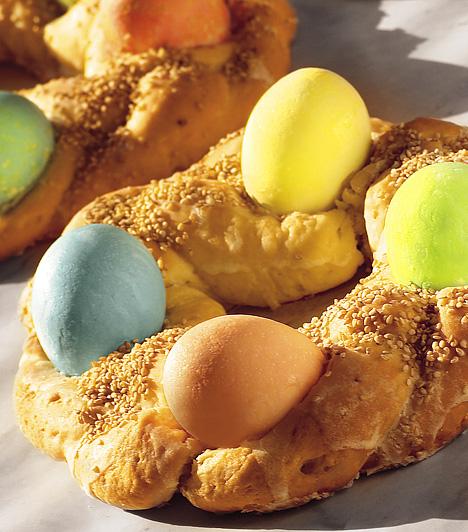 TsourekiA görögöknél az egyik legfontosabb ünnep a húsvét. A böjtöt szigorúan betartják, és kizárólag húsvéti ételeket szolgálnak fel. Utóbbiak közül a legismertebb a tsoureki: húsvéti sós kalács, melybe tojásokat sütnek.