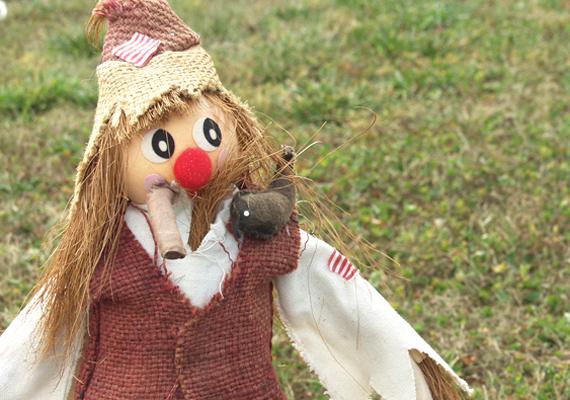 A kiszehajtás főszereplője egy ruhába öltöztetett szalmabábu, akit anno a lányok énekelve vittek végig a falun, majd vízbe dobták vagy megégették. A bábu mindenki számára azt személyesítette meg, amitől szabadulni akart.