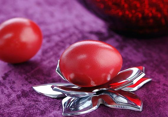 A tojásokat nem azért festették pirosra hajdanán, hogy szerelmet hozzanak, hanem azért, mert a szín Jézus vérét jelképezi, és ezáltal védelmező, mágikus erőt tulajdonítottak neki.