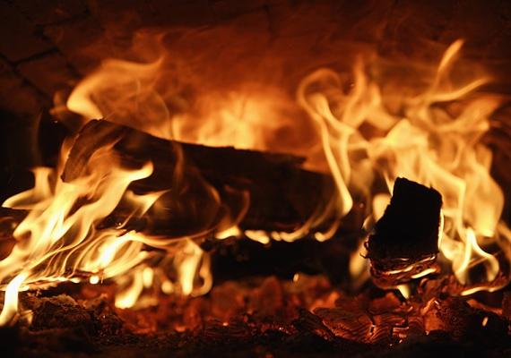 Régebben szokás volt, hogy nagyszombaton a templom előtt tüzet raktak, majd a szentelt parázs felett főzték meg a húsvéti menüt.